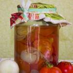 Нарезанные помидоры с луком – консервация на зиму.