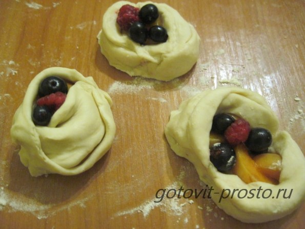 Слойки с ягодами - рецепт пошаговый с фото