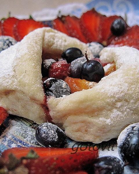 Слойки с ягодами из слоеного теста на десерт
