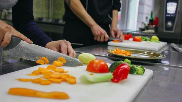 Руки повара готовить сала