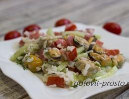 Салат из замороженных мидий с огурцом и рисом
